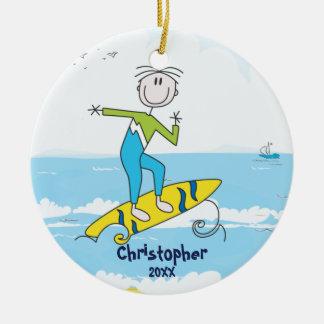 かわいい棒の姿のサーファーの男の子のクリスマスのオーナメント セラミックオーナメント