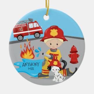 かわいい消防士のブロンドの男の子のクリスマス セラミックオーナメント