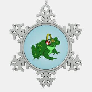 かわいい漫画のカエルの身に着けているヘッドホーン スノーフレークピューターオーナメント