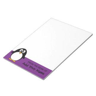 かわいい漫画のペンギンの紫色 ノートパッド