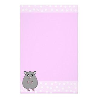 かわいい漫画の灰色のハムスターのピンクの文房具 便箋