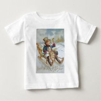 かわいい男の子のそりの雪の角のプレゼント ベビーTシャツ