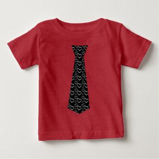 かわいい男の子のハートのネクタイのバレンタインデー ベビーTシャツ