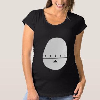 かわいい白い卵のタイマーのマタニティシャツ- X月 マタニティTシャツ