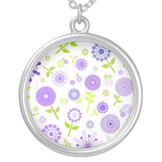 かわいい紫色の春の花 シルバープレートネックレス