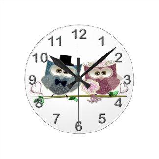 かわいい結婚式のフクロウ ラウンド壁時計