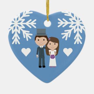 かわいい花嫁、新郎及び雪片の冬の結婚式 セラミックオーナメント