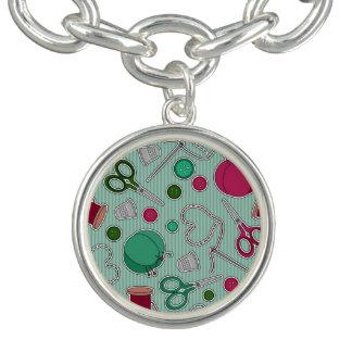 かわいい裁縫パターン緑および紫色 チャームブレスレット