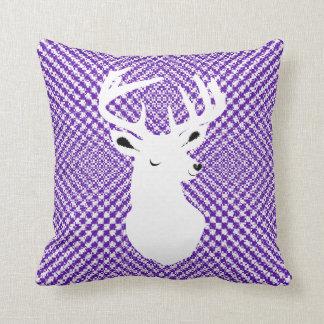 かわいい雄鹿の頭部の紫色のヘリンボンパターン(の模様が)ある クッション