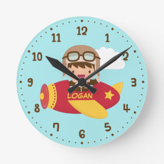 かわいい飛行士の男の子の飛行機は部屋の装飾をからかいます ラウンド壁時計