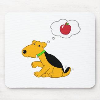 かわいいAiredaleテリア犬はAppleのマウスパッドの考えます マウスパッド