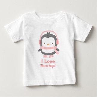 かわいいI愛女の赤ちゃんのための暖かい抱擁ペンギン ベビーTシャツ