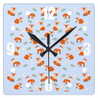 かわいくお洒落な赤ん坊のキツネの葉および花模様 スクエア壁時計