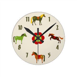 かわいくカラフルなレトロの子馬および花の馬 ラウンド壁時計