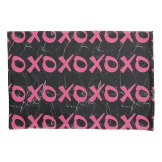 かわいくガーリーなショッキングピンクの黒の大理石のxoxoはキスを抱き締めます 枕カバー