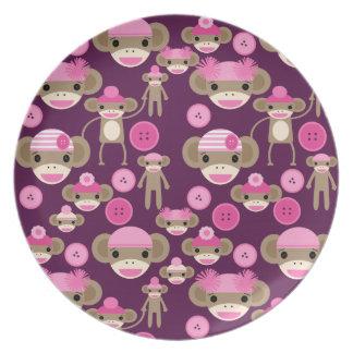 かわいくガーリーなピンクのソックスは紫色の女の子をまねます プレート