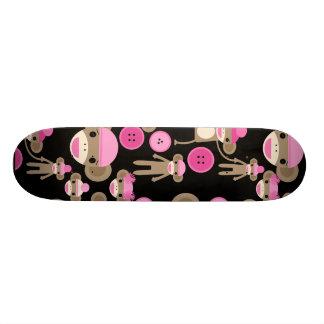 かわいくガーリーなピンクのソックスは黒の女の子をまねます スケートボード