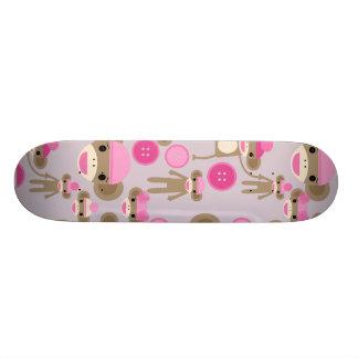 かわいくガーリーなピンクのソックス猿の女の子パターンコラージュ スケートボードデッキ