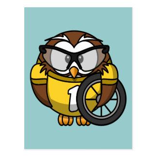 かわいく小さいアニメのサイクリストのフクロウ ポストカード