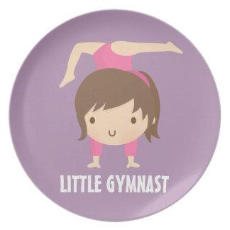 かわいく小さい体育専門家の女の子の体操の姿勢 プレート