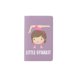 かわいく小さい体育専門家の女の子の体操の姿勢 ポケットMoleskineノートブック