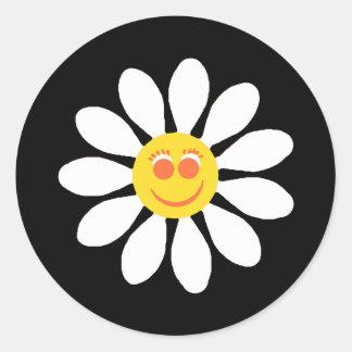 かわいく幸せな顔の黒のガーリーな白いデイジーの花 ラウンドシール