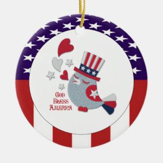 かわいく愛国心が強い鳥のさえずりの神はアメリカを賛美します セラミックオーナメント
