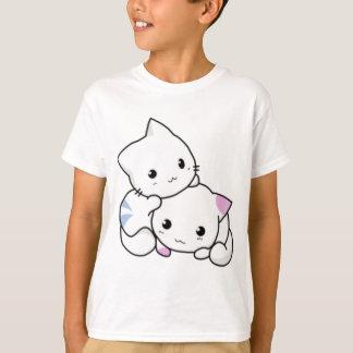 かわいく白い子ネコの抱き締めること Tシャツ