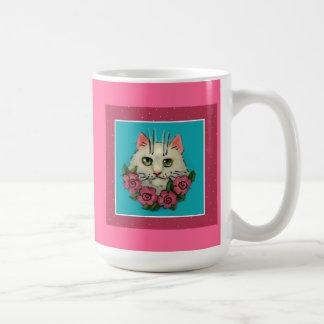 かわいく白い猫、ピンクのバラのマグ コーヒーマグカップ