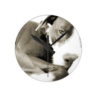 かわいく眠く不精なピット・ブル犬 ラウンド壁時計