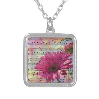 かわいく粋でガーリーな水彩画のガーベラの花 シルバープレートネックレス