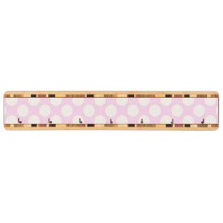 かわいく粋な明るいピンクの白い水玉模様パターン キーラック