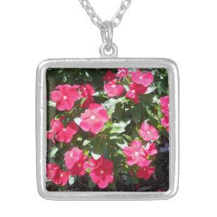 かわいく赤いタマキビによっては彼女のためのネックレスが開花します シルバープレートネックレス
