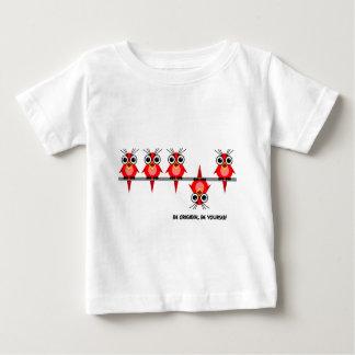 かわいく赤い鳥 ベビーTシャツ