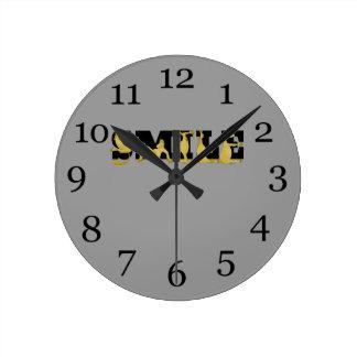 かわいく適用範囲が広い子馬で書かれるスマイル ラウンド壁時計