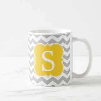 かわいく黄色くモノグラムのな灰色のシェブロンは縞で飾ります コーヒーマグカップ