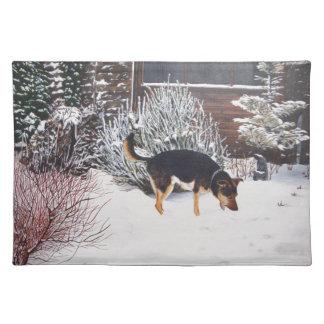 かわいく黒いおよび黄褐色の犬との冬の雪場面 ランチョンマット