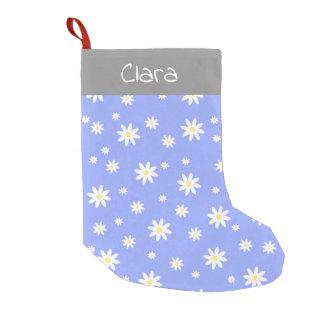 かわいく、ガーリーなパステル調の青および白いデイジーパターン スモールクリスマスストッキング