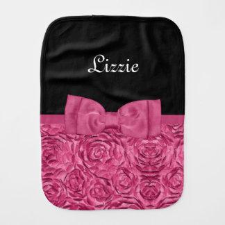 かわいらしいピンクおよび黒いバラの花の弓ベビーの名前 バープクロス