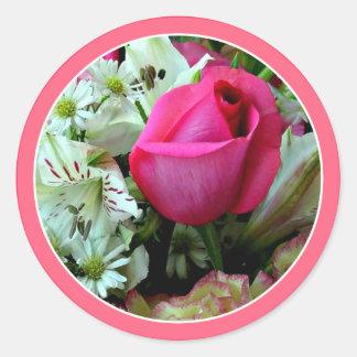 かわいらしいピンクのバラの白いデイジー ラウンドシール