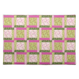 かわいらしいピンクの緑のパッチワークはキルトパターンを平方します ランチョンマット