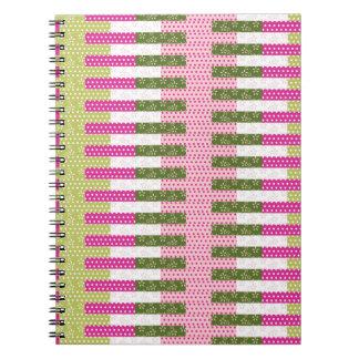 かわいらしいピンクの緑のパッチワークキルトのデザインのギフト ノートブック