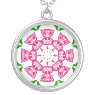 かわいらしいピンクの花はネックレスを銀めっきします シルバープレートネックレス