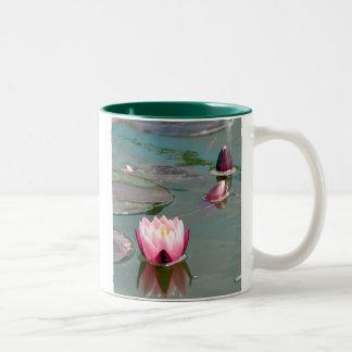 かわいらしいピンクの《植物》スイレンのマグ ツートーンマグカップ