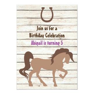 かわいらしいブラウンの馬および納屋の木製の女の子の誕生日 カード