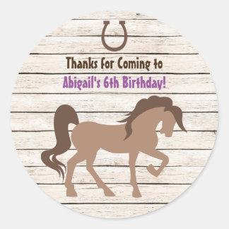 かわいらしいブラウンの馬および納屋の木製の女の子の誕生日 ラウンドシール