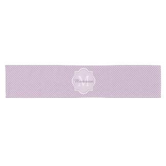 かわいらしいラベンダーの紫色のクローバーのモノグラムのな名前 ショートテーブルランナー