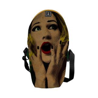かわいらしいレトロによって驚かされる女性 クーリエバッグ