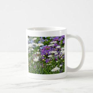 かわいらしい白いデイジーの庭 コーヒーマグカップ