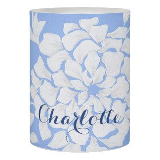 かわいらしい白い花は青い背景渦巻きます LEDキャンドル